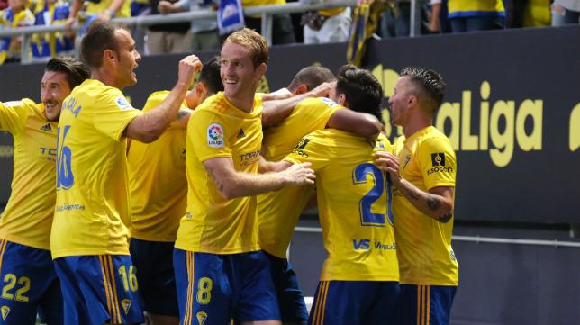 Los jugadores del Cádiz CF celebran un gol en el Carranza.