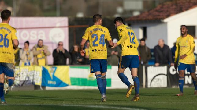 David Querol y Bodiger celebran el gol en Villaviciosa que clasificó al Cádiz CF en Copa.