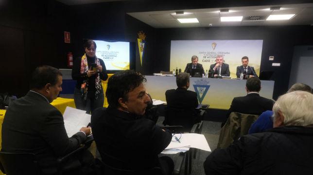 Quique Pina en la junta de accionistas del Cádiz presidida por Manuel Vizcaíno