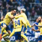 Querol celebra el gol en Oviedo con Iza y Salvi, en presencia de Edu Ramos