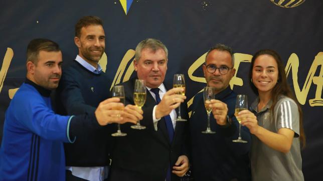 Manuel Vizcaíno brinda con Cervera y con varios capitanes. / Cádiz CF