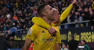 Cala y Pombo celebran el gol de la victoria ante el Racing en el descuento.