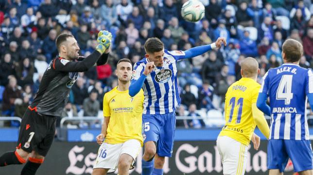 Cala ve como Dani Giménez despeja un balón.