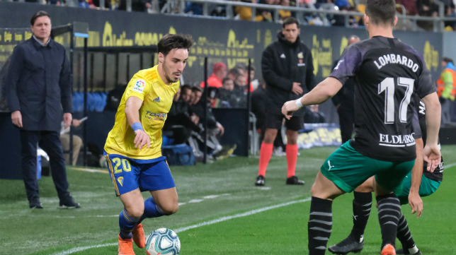 Cristóbal observa a Iza atacar desde su área técnica.