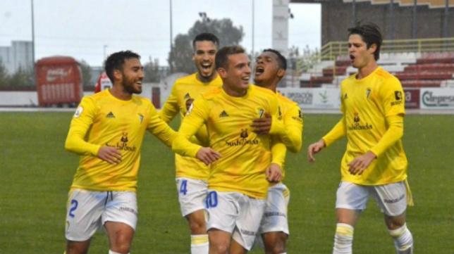 Jordi Tur celebra un gol con el filial. // CCF