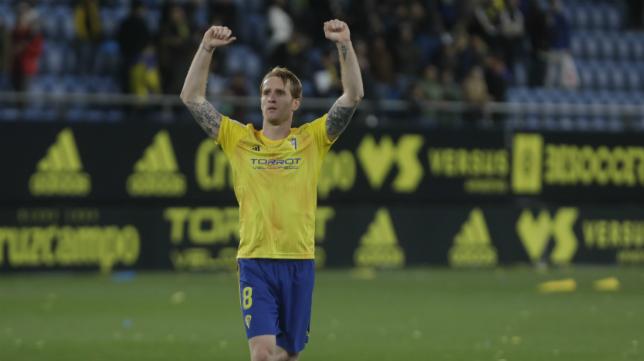 Álex celebró el triunfo ante el Almería con la afición.