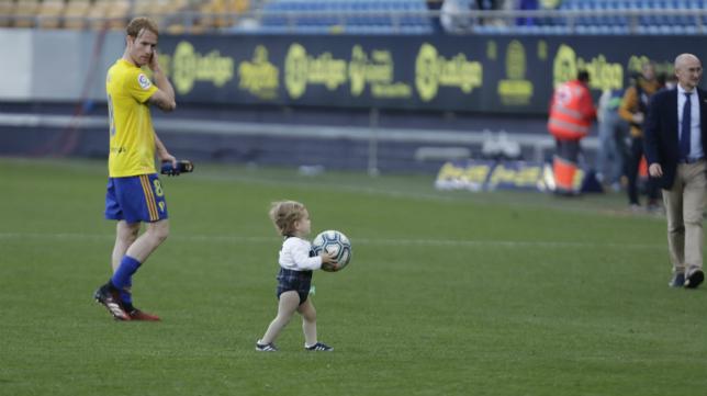 Álex, con su hijo, tras un partido.