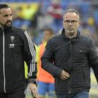 El entrenador de porteros Lolo Bocardo, con Cervera.