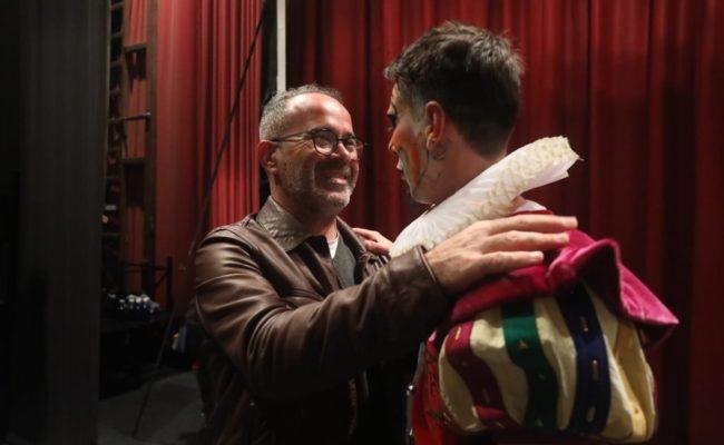 Cervera saluda al director de la comparsa de Tino Tovar