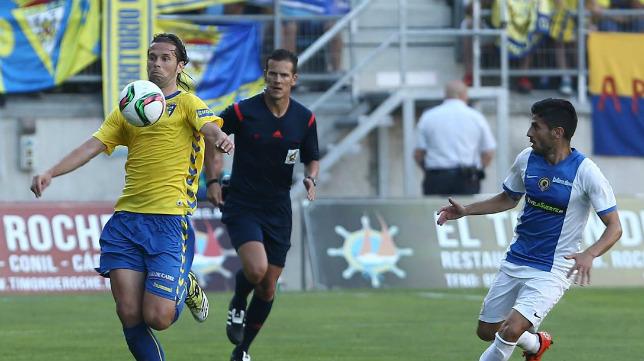 David Sánchez conduce el balón en el 'play off' ante el Hércules con Pulido Santana detrás.