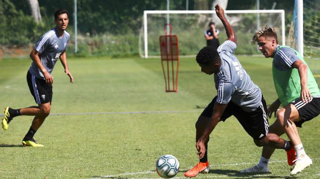 Lozano intenta conducir el balón ante la presión de Alejo y la mirada de Marcos Mauro.