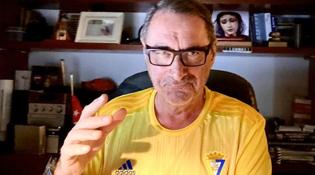 Carlos Herrera con su camiseta del Cádiz CF