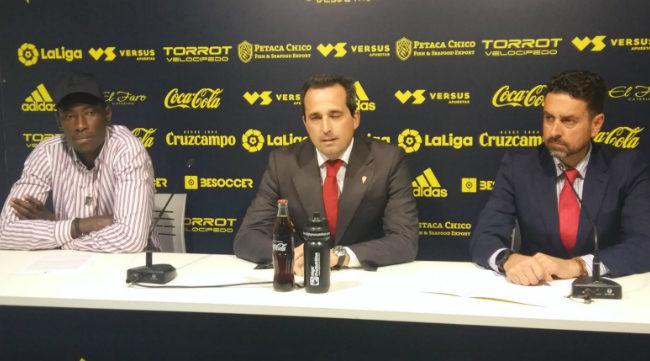 Momo MBaye, junto al director corporativo y de negocios del Cádiz CF y al abogado del club cadista.