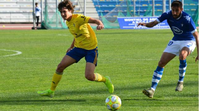 Marc Baró y Jorge García luchan por un balón. Foto: Cádiz CF.