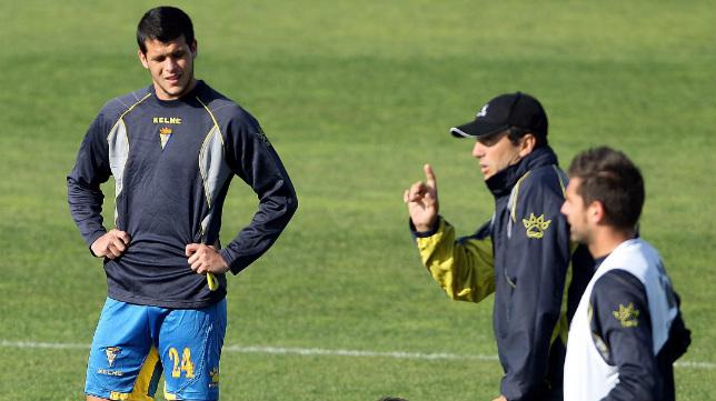 Álvaro Silva, en su época en el Cádiz, atiende a Jose González.