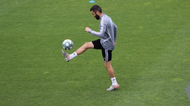 Perea juega con la pelota en el entrenamiento. CCF