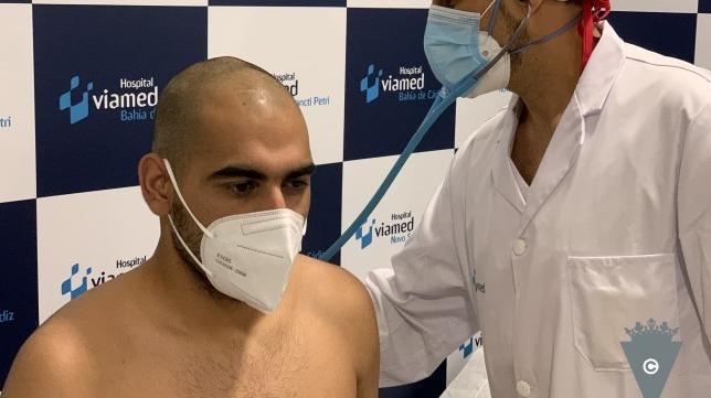 Fali, pasando el reconocimiento médico. Foto: Cádiz CF.