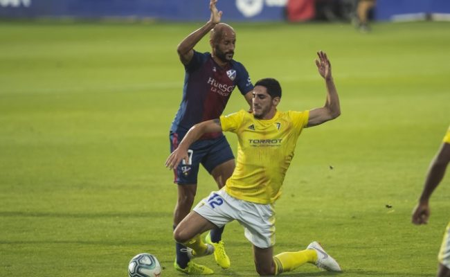 Bodiger pugna por un balón con Mikel Rico.