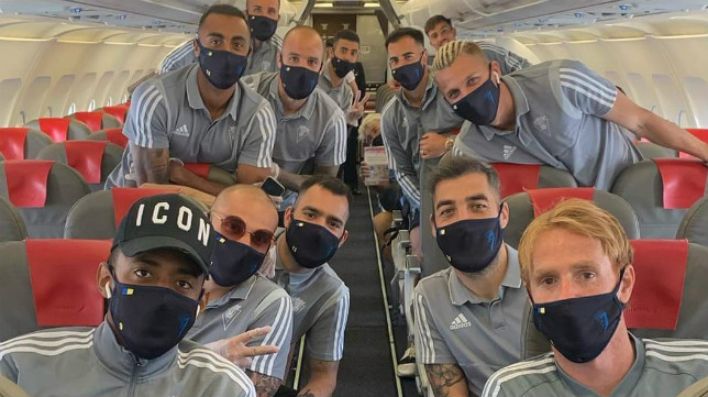 Los jugadores del Cádiz CF, en pleno vuelo. CCF