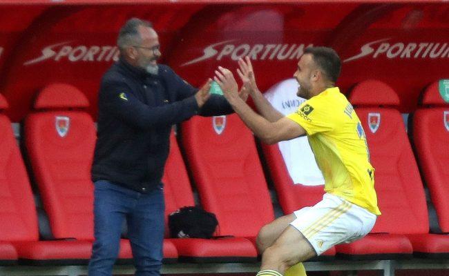 Cala celebra el gol decisivo en Soria con su entrenador.