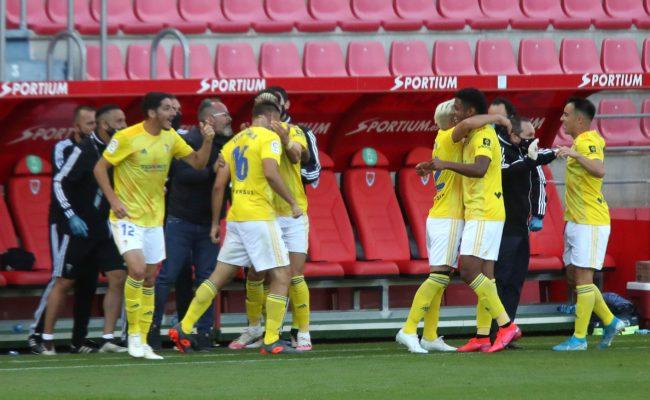 Los jugadores del Cádiz celebran uno de los goles