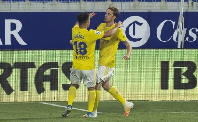 Alex celebra el gol con Jurado