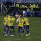 Los jugadores del Cádiz CF celebran el gol de Álvaro Giménez