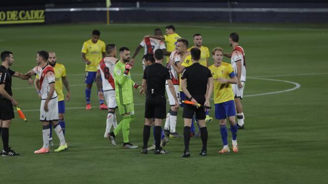 El Rayo Vallecano acabó con diez hombres ante el Cádiz CF.