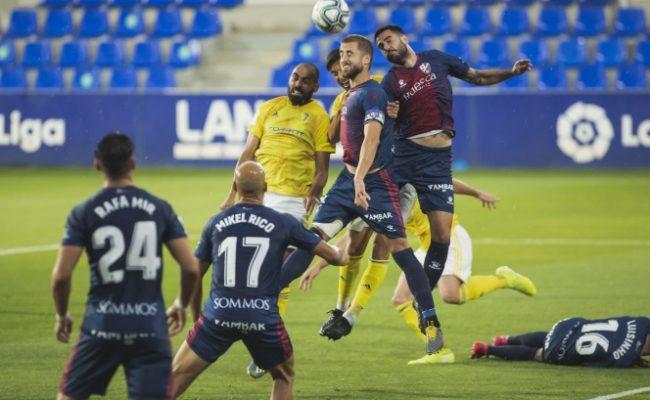 El Huesca se adelantó en el marcador ante el Cádiz CF.