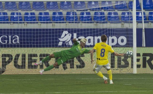 Álex marca de penalti el empate en Huesca
