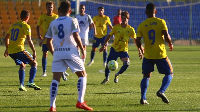 Duarte controla el balón en un encuentro del Cádiz B esta temporada.