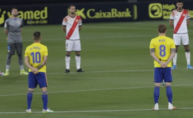 Los jugadores de ambos equipos guardaron un minuto de silencio