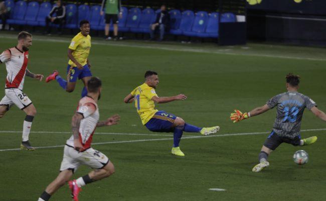 El delantero cadista Alvaro Giménez logra el gol del empate ante el Rayo Vallecano.