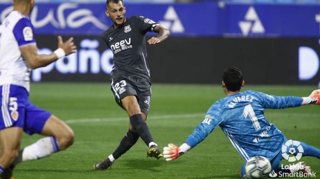 El gaditano Stoichkov marca uno de sus goles ante el Zaragoza en La Romareda.