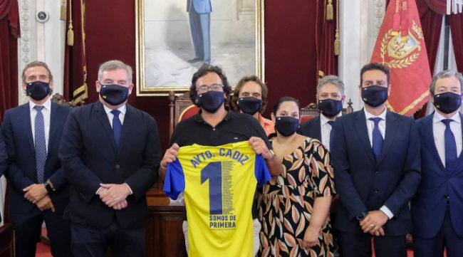Foto de familia entre parte del equipo de gobierno del Ayuntamiento y el Cádiz CF