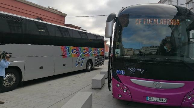 Los autobuses del Fuenlabrada, en el hotel coruñés.
