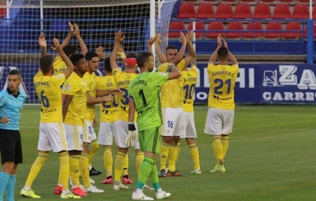 Los jugadores celebran la victoria en Extremadura