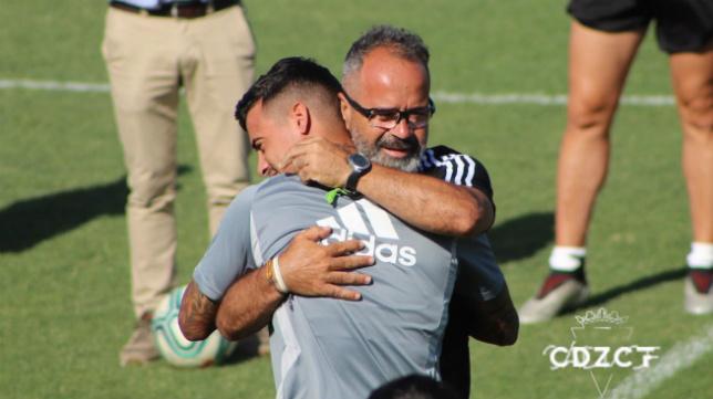 Nano Mesa y Cervera se abrazan antes del entrenamiento. Foto: Cádiz CF.