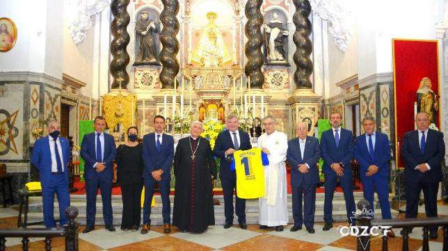 El Cádiz CF hizo la ofrenda a la Patrona. Foto: Cádiz CF.