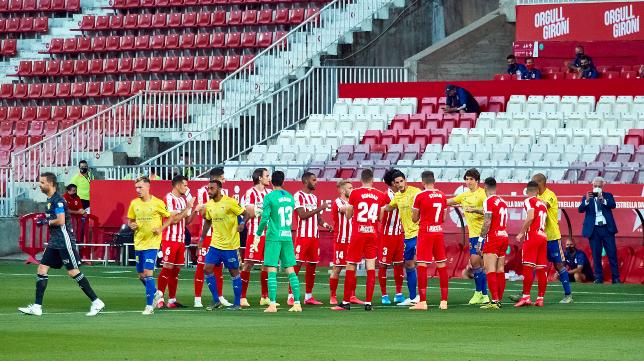El Cádiz CF recibió el pasillo del Girona en Montilivi.
