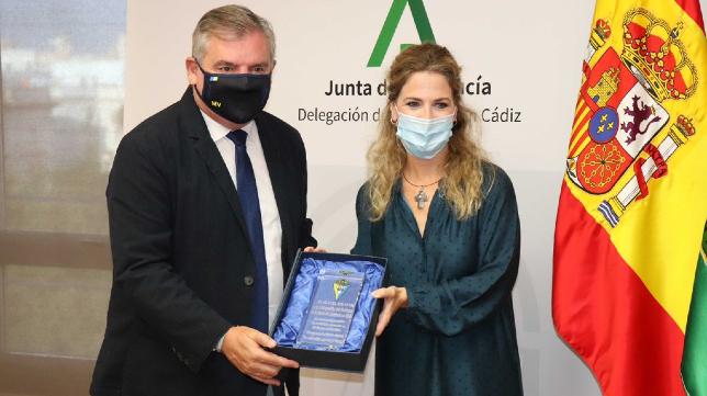 Manuel Vizcaíno, recibiendo .