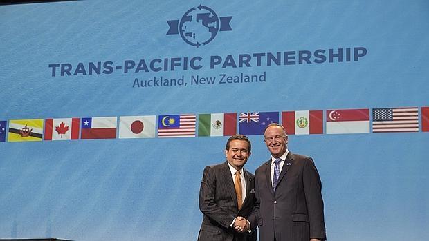 El secretario de Economía de México, Ildefonso Guajardo (i), después de la firma del Acuerdo de Asociación Transpacífico (TPP)