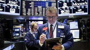 Varios corredores de bolsa trabajan en la Bolsa de Nueva York (Estados Unidos)