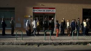 El paro de larga duración apenas repunta en 2015, que termina con una media de 5 millones de desempleados