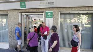 Familia y amigos, principales vías de los españoles para encontrar un trabajo