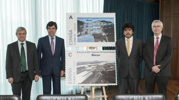 De izquierda a derecha, Javier Cuesta, presidente de Correos; Manuel Manrique, presidente de Sacyr; Mario Garcés, subsecretario del Ministerio de Fomento, y Miguel Heras, director general corporativo de Sacyr.