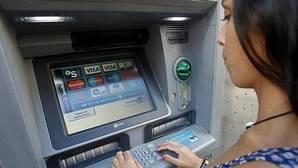 ¿Qué bancos te permiten sacar dinero gratis de cualquier cajero del mundo?