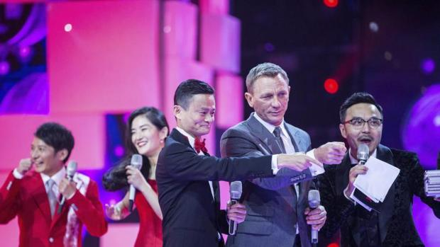 El presidente del gigante chino del comercio electrónico Alibaba, Jack Ma (izda), aparece junto al actor Daniel Craig (centro) durante una gala televisada con motivo del Festival de Compra Tmall en Pekín (China)