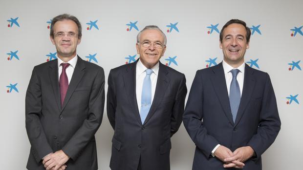 El presidente de CaixaBank, Jordi Gual (i), su antecesor, Isidre Fainé (c), que sigue presidiendo la Fundación Bancaria La Caixa, y el consejero delegado, Gonzalo Gortázar (d)