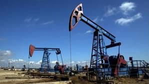El petróleo se desploma un 3,38 % y pierde la cota de los 50 dólares